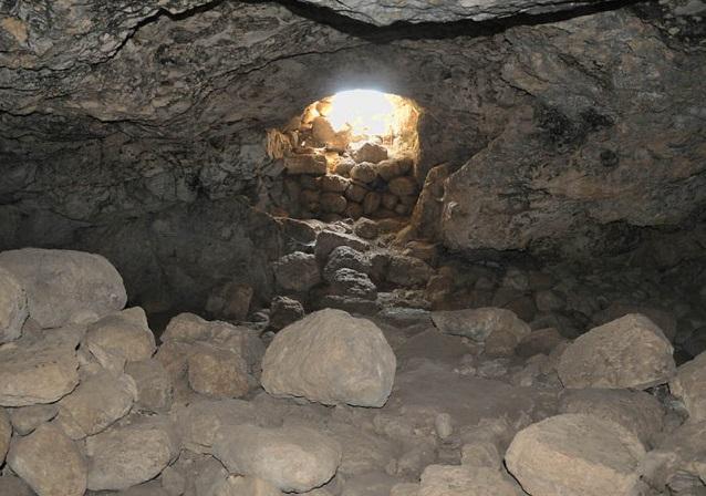 上图:亚杜兰洞。亚杜兰位于以拉谷南侧一条自耶路撒冷通往拉吉的道路上,是一处战略要地。这里有很多洞穴,可供几十人居住,大卫离开迦特以后,就逃到亚杜兰洞(撒上二十二1),许多人来投奔他。大卫可能在亚杜兰洞中写下了诗篇34、57、142篇。