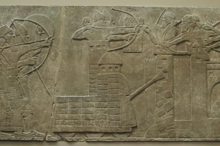 上图:主前865-860年Nimrud亚述壁画中带轮子的撞城锤(battering ram)。