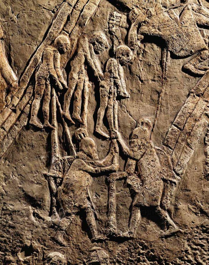 上图:亚述浮雕拉吉之战的一部分,出土于亚述王西拿基立在尼尼微的宫殿中,现藏于大英博物馆。大约主前701年,亚述军队攻陷犹大要塞拉吉,把俘虏处死后挂在木头上示众。