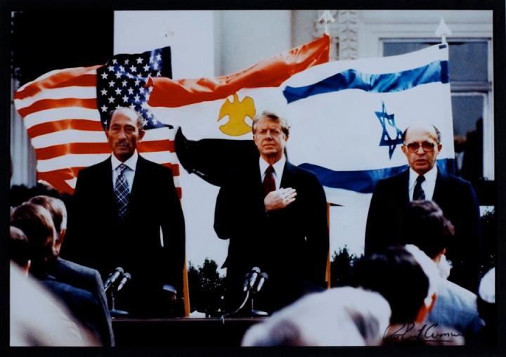 上图:1978年9月,在美国总统吉米·卡特的邀请下,埃及萨达特和以色列总理贝京在大卫营签署了大卫营协议(Camp David Accords),次年正式签署了和平条约。1948年以色列复国之后,与埃及发生过四次中东战争。大卫营协议是以色列首次与周边的阿拉伯国家实现和平。