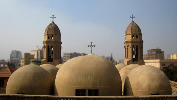 上图:位于埃及首都开罗的圣马可科普特教堂(Coptic Saint Mark's Church)。科普特的教会是马可建立的,所以其教宗以马可的继承人自居,犹如天主教的教宗以彼得继承人自视。「科普特」一词原意是「埃及人」,随着大部分埃及居民皈依伊斯兰教,该词现在专指埃及的基督徒。埃及的科普特人是中东地区最大的基督教族群,人口约占埃及8千多万总人口的10–15%。现在,大多数科普特人使用阿拉伯语,但在敬拜时使用由古埃及语演变而来的科普特语。现代最有名的科普特人是布特罗斯·布特罗斯-加利,他曾担任联合国第六任秘书长。