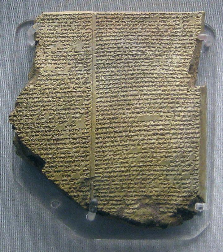 上图:主前7世纪记录古代美索不达米亚《吉尔伽美什史诗》(Epic of Gilgamesh)的楔形文字泥版之大洪水部分,出土于亚述国王亚斯那巴(Ashurbanipal)的图书馆,现藏于大英博物馆。在文字尚未出现时,史诗是纯口述的形式记录的,听众聆听史诗后,再用口述的形式将史诗世代相传。《吉尔伽美什史诗》是目前已发现最早的英雄史诗,讲述了主前2700-2500年之间苏美尔英雄吉尔伽美什的故事,共有3000多行,当时的听众背诵下来毫无问题。同样,古代以色列人背诵圣经里的诗歌也毫无问题。