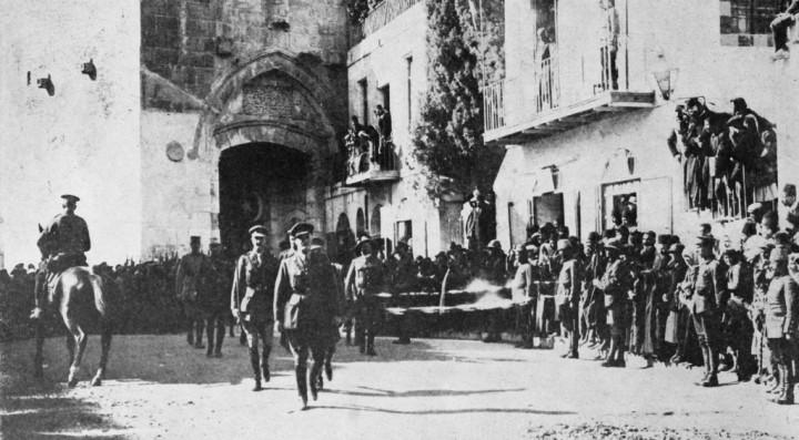 上图:在第一次世界大战的末尾,英国Allenby将军打败了奥斯曼、德国联军,于1917年12月11日进入了被奥斯曼帝国控制了500年的耶路撒冷,揭开了犹太人回归的序幕。