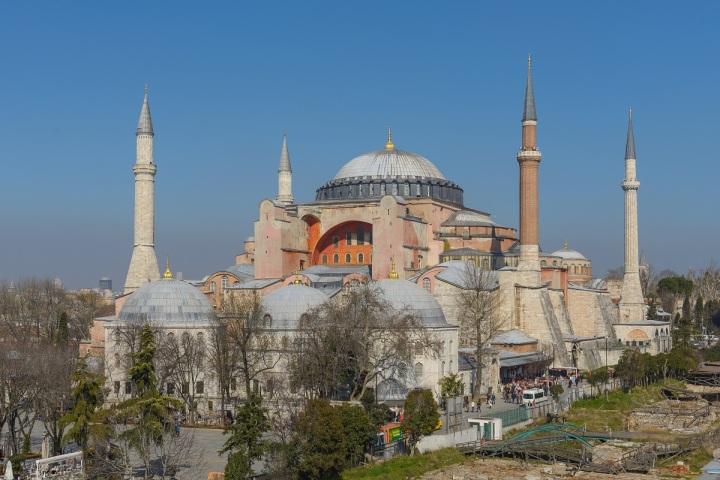 上图:位于土耳其伊斯坦布尔的圣索菲亚大教堂(Hagia Sophia),从主后537至1453年是东正教的君士坦丁堡牧首圣座教堂。1453年君士坦丁堡沦陷后,被奥斯曼土耳其帝国改成了穆斯林的清真寺,1935年以后又变成博物馆。外来的征服者将旧宗教的祠庙接收过来,作为他们自己崇拜的地点,是历史上很普遍的现象。如雅典卫城的帕特农神庙(Parthenon),最初被用来祭祀雅典娜,主后5世纪被罗马帝国改成基督教教堂,1456年又被奥斯曼土耳其帝国改成清真寺。但神并不允许利用异教的建筑、工具来敬拜祂。