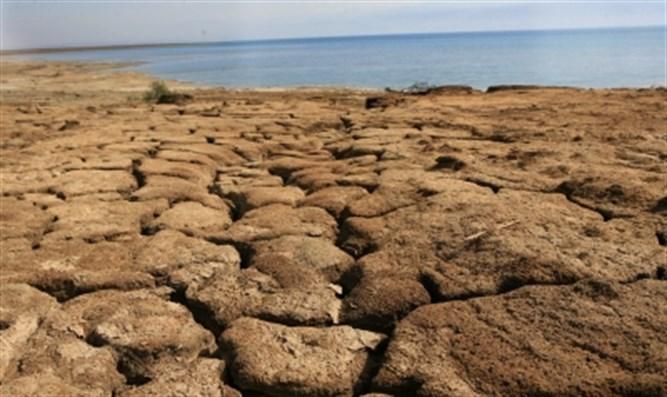 上图:以色列遭遇旱灾时,土地因缺乏水分而变得坚硬、干裂,「脚下的地要变为铁」(申二十八23)。