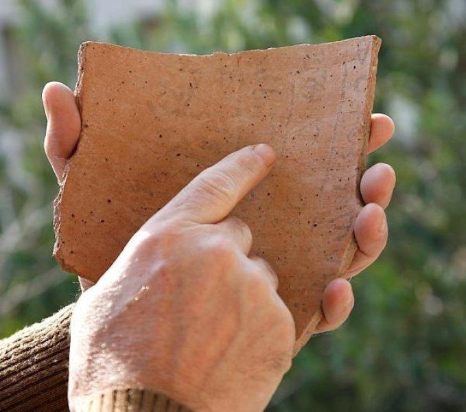 上图:主前1100年左右的Khirbet Qeiyafa铭文(Khirbet Qeiyafa Inscription)是目前已经发现最早的希伯来文字,刻在陶片上。于2008年被发现于大卫击杀歌利亚的以拉要塞(Elah Fortress)。这是以色列自死海古卷之后最重要的考古发现。大约在摩西之前一千年,文字在中东已经十分普及,摩西之前三个世纪已经出现字母。摩西写下申命记时大约是主前1406年,希伯来文已经很成熟,所以「摩西将这律法写出来」(申三十一9节)一点也没有问题。而一百年以后,中国商朝的盘庚才把都城迁往殷,中国最早的文献甲骨文是在殷墟发现的。