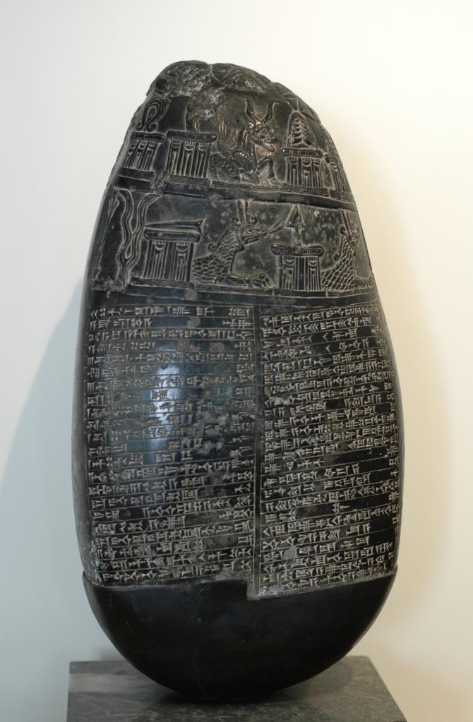 上图:巴比伦加喜特王朝时期(Kassite dynasty of the Babylonian Empire,约主前1600-1155年)的黑色界石(Kudurru),发掘于巴格达附近。