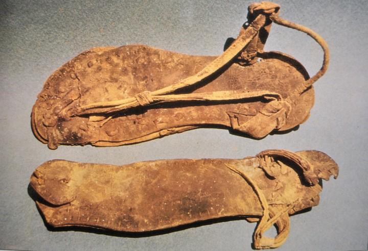 上图:以色列马萨达(Masada)出土的一双主后1世纪皮制凉鞋「נַעַל/naal」。古代以色列凉鞋的鞋底是平的,用皮革、木头或其他纤维材料做成,并用带子绑在脚上。通常把皮制的带子从拇趾和食趾间穿过,然后绕过脚跟,再在脚背上打横绑住,有时还会一直绑到足踝附近。
