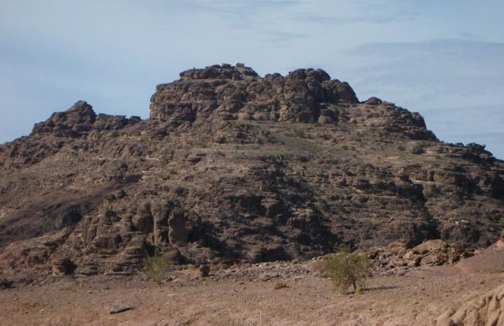 上图:何珥山又叫摩西拉,可能就是现代约旦佩特拉(Petra)附近的Jabal Harun。亚伦在这里去世,山顶的小白点是后人纪念亚伦的亚伦墓。犹太史学家约瑟夫早期教会史学家优西比乌和穆斯林认为这里就是何珥山,但许多犹太人认为亚伦安葬的地方和摩西一样,没有人能知道。