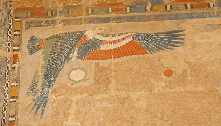 上图:古埃及第十八王朝哈特谢普苏特庙(Temple of Hatshepsut)壁画上的埃及兀鹫女神奈赫贝特。以色列人出埃及时,上埃及的保护神是奈赫贝特(Nekhbet)。她的形象是一只兀鹫,常常与下埃及守护神瓦吉特(Wadjet,眼镜蛇)一起出现。奈赫贝特通常被画成张开翅膀,盘旋于法老头上的兀鹫,爪子抓着一个代表永恒的「生环 shen symbol」,守护法老。