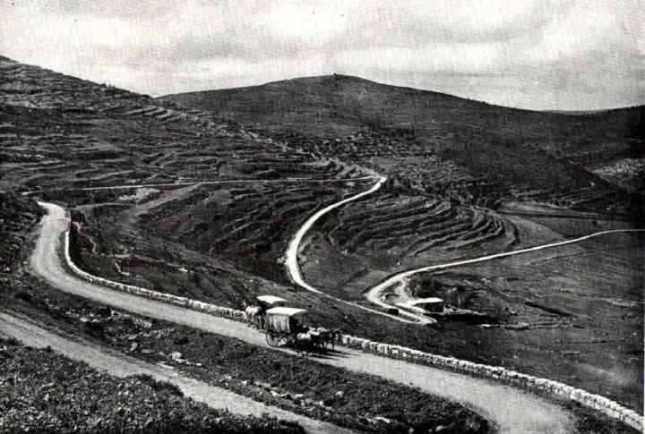 上图:1913年,从示剑到耶路撒冷的主要道路,一路都很荒凉。1857年英国领事James Finn写道:「这个国家几乎没有居民,因此最大的需要是人口。」