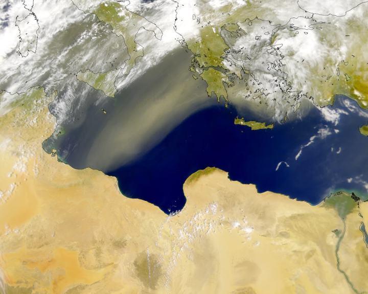 上图:从利比亚吹起的西洛可风(Sirocco)所导致的沙尘暴。西洛可风源自撒哈拉沙漠,又以风吹来的方向而称为东南风,为地中海地区的一种风,在北非、南欧地区变为飓风。西洛克风会导致干燥炎热的天气,许多人会因此而患上疾病。