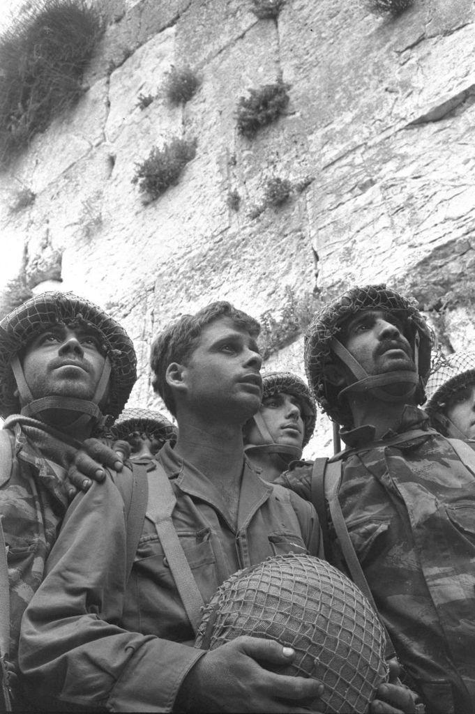 上图:在1967年6月5-10日的六日战争(第三次中东战争)中,站在哭墙旁边的以色列伞兵。犹太人被驱离耶路撒冷之后1832年,以色列人终于从约旦手中收复了耶路撒冷旧城,回到了圣殿山。