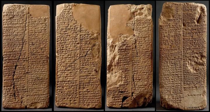 上图:主前2000-1800年的韦尔德-布伦德尔立柱(Weld-Blundell Prism),上面用楔形文字刻有《苏美尔王表 The Sumerian King List》,现存于英国牛津大学阿什莫林博物馆艺术与考古博物馆(Ashmolean Museum of Art and Archaeology)。《苏美尔王表》是一份古代文献,发现于美索不达米亚各地,使用苏美尔语书写,目前发现总共有16份,内容基本相同,记录了由洪水之前开始,直至吾珥第三王朝(约主前2000年)结束之时所有君王的名字。这份文献的第一句话就是:「王权自天而降」。古代中东各国并不认同「枪杆子里出政权」,他们不认为王的合法性是来自武力,而认为来自偶像。美索不达米亚的国家认为君王只有得到偶像的认可,才得以在位,所以君王有责任不滥用权力,而要遵行偶像的命令和要求。埃及的法老则认为自己就是太阳神在地上的化身和代表。