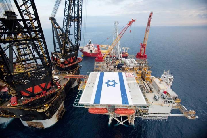 上图:以色列他玛油气田(Tarmar Gas Field)的开采平台。他玛油气田于2009年被发现,2013年投产,目前是以色列已投产最大的油气田,可供以色列国内使用20年。