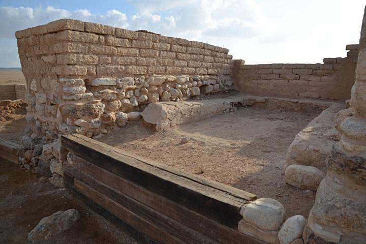 上图:别是巴遗址(Tel Beer Sheva)的城门口。本城的审判官在这里断案。