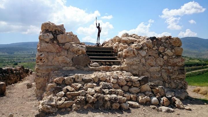 上图:夏琐遗址(Tel Hazor)最高点上的了望塔,这里是迦南地最大的所谓「广大坚固、高得顶天的城邑」(申九1),最后还是被约书亚焚毁(书十一13)。夏琐位于加利利海西北16公里左右,是当时迦南地最大的城市,防卫坚固,「素来夏琐在这诸国中是为首的」(书十一10)。夏琐把守沿海大道(Via Maris),是迦南地北部的战略和商业重镇。