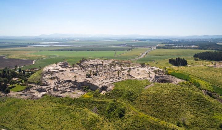 上图:米吉多遗址(Tel Megiddo)是位于耶斯列平原边缘的米吉多山上的一个土堆。「Tel/תֵּל」的意思是土堆,在圣经中被译为「荒堆」(申十三16)、「高堆」(书八28)、「山冈」(书十一13;耶三十18)或「乱堆」(耶四十九2),在中东比较常见。「荒堆」的外形通常是平地上出现的一个小山丘,实际上是人类逐渐堆高的土堆。原来这里有人类居住,后来因为天灾人祸而被摧毁。但因此地的战略位置、水源等因素比较适合人居住,所以后来又有人在此重建。如此反复摧毁、夷平、重建,逐渐堆高,最后被放弃,成为无人居住的小山丘。旧约时代的许多著名城邑,如耶利哥城(Tell es-Sultan)、别是巴(Tel Be'er Sheva)、夏琐(Tel Hazor)、米吉多(Tel Meggido)、基色(Tel Gezer),都以「荒堆」的形态保存至今,考古学家从上往下按层挖掘,可以一层一层地发现越来越古老的文物。
