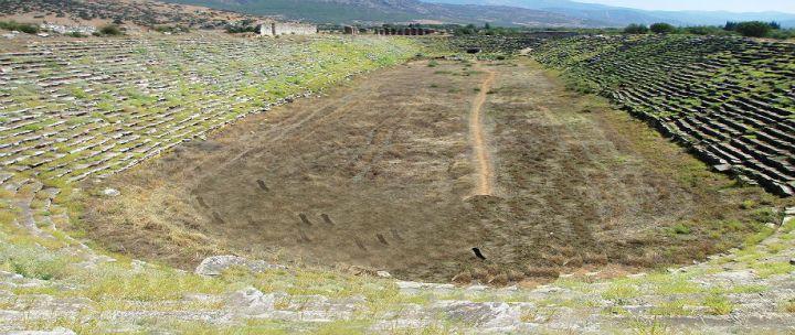 上图:以弗所运动场(Ephesus Stadium),始建于主前3世纪的希腊时代,尼禄时代被重修。这个运动场可容纳25000名观众,用来举行庆典、运动会、斗兽和角斗士竞技,许多基督徒也被扔在这里喂狮子。「如同云彩围着我们」(来十二1),原文就是形容运动场周围看台上的观众。