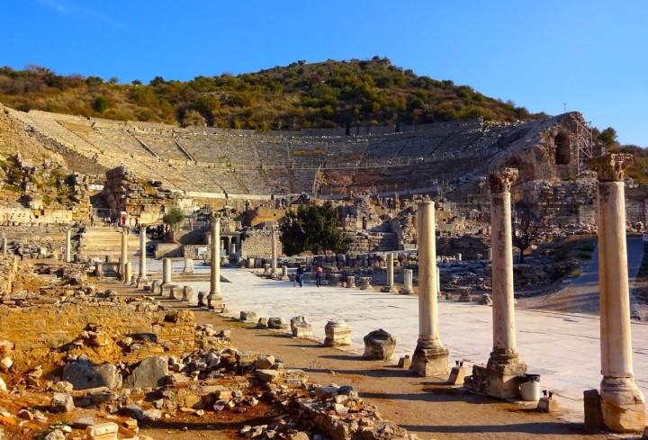 上图:以弗所大剧场遗址,由罗马人于主后1世纪改造而成,依山而建,面向大海,气势磅礴。这个环形大剧场可以容纳25,000人,可能是古代最大的剧场,至今仍然可使用。剧场已经如此宏伟,其他的娱乐设施更是一应俱全,吸引人「肉体的情欲、眼目的情欲,并今生的骄傲」。生活在以弗所的使徒约翰,尤其能体会「不要爱世界和世界上的事。人若爱世界,爱父的心就不在他里面了」(约壹二15)。
