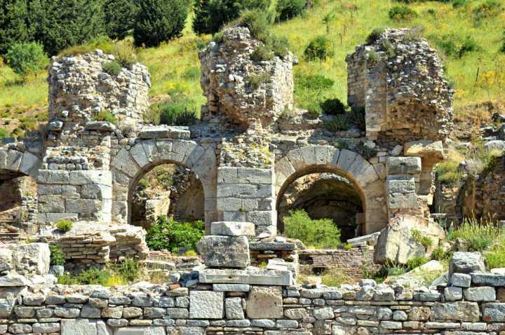 上图:以弗所公共浴室遗址。克林妥(Cerinthus,主后50-100年)是一位早期诺斯底主义异端,活跃于以弗所地区,是使徒约翰的对手。据早期教父爱任纽(Irenaeus,主后130-202年)记载,他的老师坡旅甲(Polycarp,主后69-155年,使徒约翰的门徒)说:有一天,使徒约翰到以弗所的公共浴室去洗澡,看见克林妥也在浴室里面,于是扭头便跑,对门徒们说:「我们快逃吧!不然整个浴室要倒塌下来了。因为真理的敌人克林妥就在里面。」