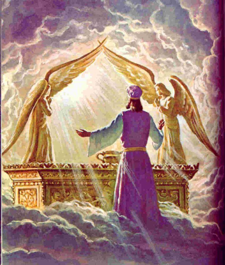 上图:在旧约时代,即使是大祭司,也不可随时来到约柜上的施恩座前(利十六2),只能在赎罪日进去,并要用香的烟云遮掩施恩座,免得大祭司死亡(利十六13)。因为罪人的罪若没有被对付或遮盖,就不能直接来到神的面前。新约的大祭司基督成就了救恩之后,信徒的罪已经被基督的宝血遮盖,所以可以「坦然无惧地来到施恩的宝座前,为要得怜恤,蒙恩惠,作随时的帮助」(来四16)。