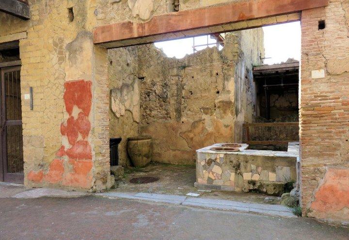 上图:庞培古城遗留下来的古罗马客栈。古罗马的paupona、caupona都是提供旅客住宿、酒、食物或娱乐的地方,既是酒馆也是客栈。caupona的客人只能站着,paupona只有一个房间,有桌子可以玩骰子,可能也兼作妓院。当时的信徒外出时,一般借宿在当地的信徒家中。