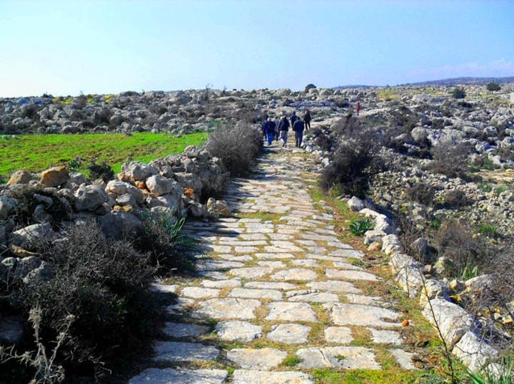 上图:古罗马基利家行省的道路遗址。罗马帝国建立了当时世界上最好的公路系统,为福音的广传铺平了道路。主前450年的十二铜表法(The laws of the Twelve Tables)规定,直路至少宽2.4米,弯路至少宽4.8米。罗马道路是主要由石头铺成,部分混入金属材料。罗马道路都有夯实碎石作基床,以保障路面干燥,并有行人道、马道和排水沟渠,一路开山、修桥,小溪则铺上石砖跨越。