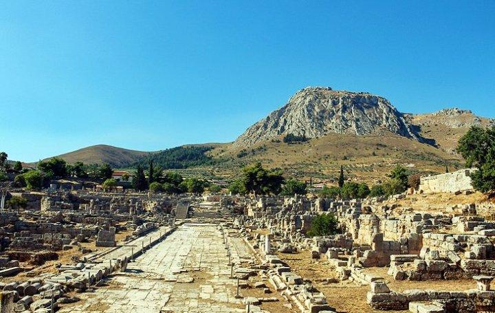 上图:哥林多古城遗址。这是当时著名的商业中心,也是以道德败坏著称的城市,远处山上的哥林多卫城里建有著名的爱神阿芙洛狄蒂(Aphrodite)庙,庙中有上千称为Hetaira的庙妓,山下的哥林多城里也有许多公开揽客的妓女。