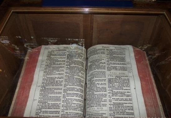上图:莎士比亚生前使用的1611年KJV英王钦定本圣经,收藏在圣三一教堂(Church of the Holy Trinity, Stratford-upon-Avon)内莎士比亚墓的旁边,特地被打开在诗篇四十六篇。在KJV圣经中,诗篇四十六篇的第46个单词是「战抖Shake」(诗四十六3),倒数第46个单词是「枪 Spear」(诗四十六9,古英语拼作Speare),合起来正好是莎士比亚的名字ShakeSpeare。此外,KJV圣经于1610年完成翻译,当时莎士比亚正好46岁。因此,有人认为莎士比亚参与了诗篇四十六篇的KJV版翻译。