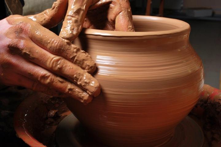上图:窑匠可以拿一块泥做成贵重的器皿,又拿另一块做成卑贱的器皿,完全是根据窑匠自己的主权,泥土并没有权力说窑匠不公平。
