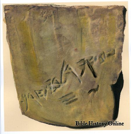 上图:约帕附近Tel Qasile遗址出土的碎陶片,上面用古希伯来文刻着「运往伯·和仑的俄斐金30舍客勒」,证明古代俄斐确实是出口黄金的地方。俄斐以盛产优质金子闻名,「俄斐金」是「优质黄金」或「纯金」的同义词(伯二十二24;二十八16),大卫(代上二十九4)和所罗门(王上九28)都拥有大量的俄斐金。俄斐的地点不能确定,可能位于隔着红海相对的也门或东非索马里一带,盛产黄金、檀香木和宝石(王上十11;代下九10),也有人认为是在印度。
