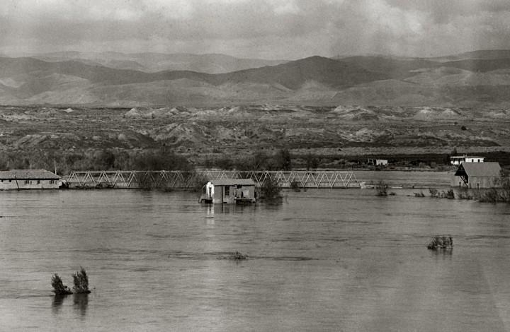 上图:1935年2月耶利哥附近艾伦比桥(Allenby Bridge)的约旦河宽阔河面,水面已经接近艾伦比桥面,印证了「约旦河水在收割的日子涨过两岸」(书三15)。由于两岸的过度抽取,现代约旦河的河面已经大大变窄。根据2010年耶路撒冷邮报的报道,约旦河的年水量只有100年前的3%:20世纪初的年流量是13亿立方米,现在的年流量只有3千万立方米。