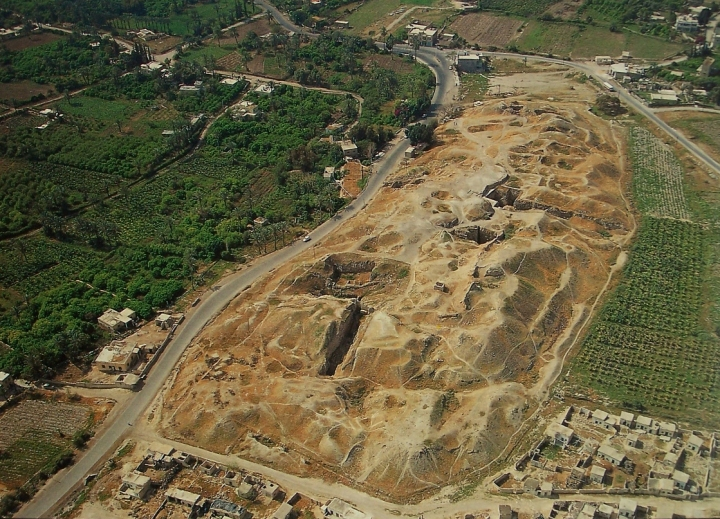 上图:苏丹废墟(Tell es-Sultan)就是耶利哥古城,位于死海以北9公里、约但河西7公里,是约旦河谷Qelt旱溪(Wadi Qelt)旁的一个绿洲。当地冬天温暖,夏天有棕树遮荫,有以利沙泉水(王下二19-22,现代名Ein as-Sultan)可供灌溉,附近的约旦河又可以长期涉水渡河,所以成为数条古代商道的交汇点,扼守从约但河谷到中央山地的战略要道。古城的遗址位于在海平面以下250米,是全世界最低的城市,占地十英亩,城内大约可以容纳两千人。