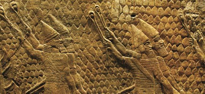 上图:从尼尼微亚述王宫出土的围攻拉吉(Siege of Lachish)浮雕,描绘主前701年亚述大军围攻犹大拉吉时,使用机弦甩石攻击城楼。现存于大英博物馆。