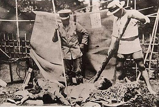 上图:1923年日本关东大地震发生后,日本军警正准备用竹矛刺杀朝鲜移民。「示播列(Shibboleth)」特指区别一个人的社会或地区背景的指标,通常是指语言特征,特别是对一个词的发音,用来标识说话者是否属于某一特定群体的成员。关东大地震损失惨重,灾区谣传朝鲜移民趁乱放火、投毒,许多地方乘机屠杀朝鲜人。由于朝鲜语中没有浊音,日本军警就用「十五円五十銭」作为「示播列」来盘查路人,如果有人发音不标准,就有可能被当作朝鲜人当场杀害。当时可能有6000多许多朝鲜人和700多中国人因此被杀。