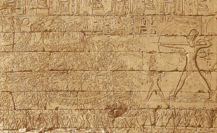 上图:古埃及第二十王朝法老拉美西斯三世(Ramses III,主前1186-1155年在位)的Medinet Habu神庙中的壁面,描绘他与海上民族(Sea Peoples)的海上大战。这些海上民族可能就是当时大规模入侵迦南和埃及的非利士人。拉美西斯三世在位第8年,海上民族从海上及陆路入侵埃及,拉美西斯三世在海上和路上两场大战中获胜,但仍然不能阻止非利士人在埃及的势力范围迦南建国。「非利士人」来自迦斐托,即地中海的克里特岛(创十14;摩九7),在亚伯拉罕的时代就小规模地迁到迦南沿海平原(创二十一34)。以色列人进迦南大约一百年多后,非利士人大量入侵埃及和迦南,定居在迦南沿海平原的迦萨、亚实基伦、亚实突、迦特、以革伦等五个城邑(撒上六17-18),主前13世纪被珊迦打败后(士三31),维持了一段和平。当以色列人还不会炼铁的时候,非利士人就已经使用铁兵器,在沿海平原从事农业、畜牧和海上贸易,越来越强盛。主前12世纪,非利士人开始向内陆发展,与亚扪人同时扰害欺压以色列人(士十7-8),亚扪人欺压了河东的两个半支派十八年,而非利士人欺压了河西的但和犹大支派四十年,一直到撒母耳在米斯巴大获全胜(撒上七13-14)。此后,非利士人还时常与扫罗和大卫争战,直到大卫在利乏音谷两次大胜(撒下五17-25),才制服了非利士人(撒下八1)。南北分裂以后,非利士人对南国犹大的侵扰一直延续到被掳巴比伦(结二十五15-17)。