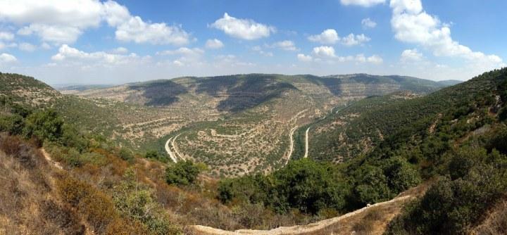 上图:梭烈谷的上坡是以色列人的地区,住在中央山地的犹大人可能从这里下去抓参孙。