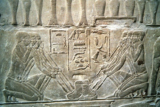上图:古埃及壁画,一群金匠正在吹火冶炼金属。高纯度的银子,是用银矿经过破碎、研磨、筛选、过滤与高温精炼的过程得着的。银子的纯度越高、品质越好,就必须经过越多的高温熬炼来去除杂质。