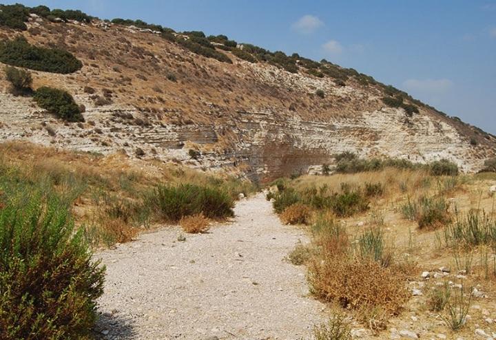 上图:旱季的以拉溪,河床干涸,露出许多石子。