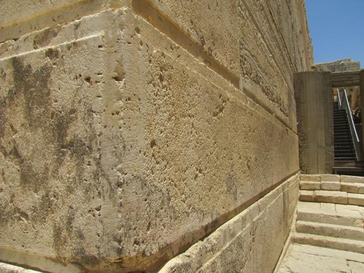 上图:圣殿山西南角的房角石,旁边的道路和台阶沿着圣殿山的南墙伸展,是主后1世纪的实物。这块希律时代的方形房角石(Herodian Ashlar Cornerstone)大约有33英尺长、7英尺宽、3英尺高,重约50吨。