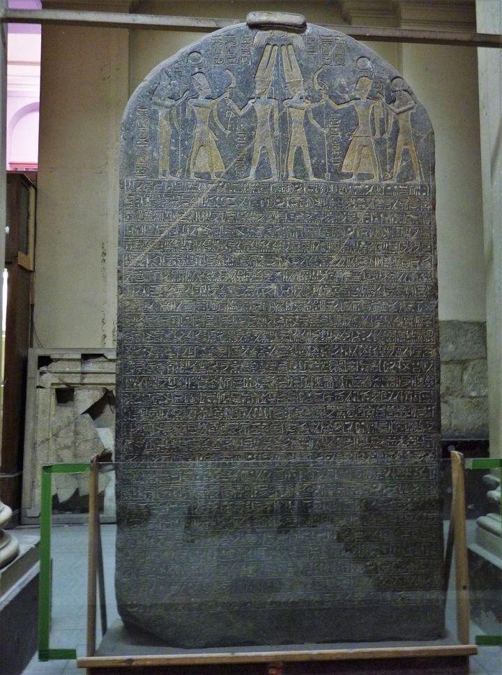 上图:麦伦普塔赫石碑(The Merneptah Stele),又名以色列石碑(the Israel Stele),是古埃及第十九王朝法老麦伦普塔赫(Merneptah,主前1213-1203年在位)所立的一座花岗岩石碑,以纪念法老在主前1208年的战争中击败利比亚人、非利士人和以色列人。这是唯一提到「以色列」的古埃及文字记录,也是至今所发现提到「以色列」名字的最早考古证据。下一个提到「以色列」的非圣经文献就是主前850年的摩押米沙石碑。古代中东的君王喜欢立碑纪念得胜。碑上往往记录战役成功的细节,夸耀君王,也详述神祇怎样将胜利赐给所宠爱的王。