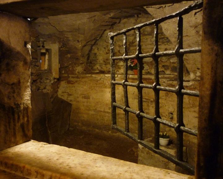 上图:马梅尔定监狱(Mamertine Prison)的牢房,传统认为,保罗和彼得在殉道之前被关押在这个监狱里。马梅尔定监狱位于古罗马广场(Comitium),面对元老院(Curia)和帝国广场(Imperial Fora)。