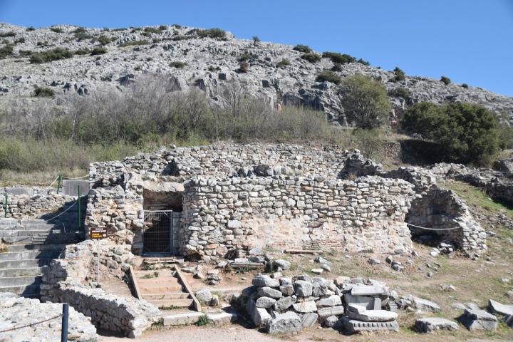 上图:古罗马时代的腓立比监狱,保罗和西拉很可能就被关在这里。