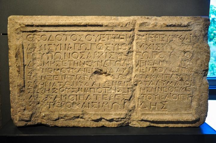 上图:耶路撒冷大卫城出土的主后1世纪Theodotus会堂铭文,上面用希腊文写着:「Theodotos......建造了这座会堂,用于阅读律法和研究戒律,并为国外来的人提供住宿和洁净......」。当时圣殿还在,耶路撒冷会堂的用途不是为了祷告或敬拜,而是为了学习圣经、接待国外来的朝圣者。根据犹太教律法,成年男人一天必须由10人以上聚集在一起祈祷三次,耶路撒冷以外的犹太会堂(synagogue)最早就是为了这个目的设立的,还用于公共活动、成人和学龄儿童的教育等。提摩太可能从小就在这样的会堂里学习圣经。