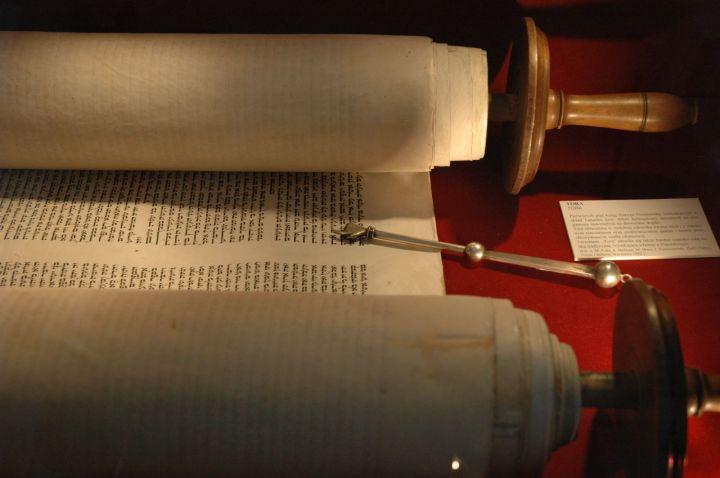 上图:希伯来圣经妥拉(Torah),传统都抄写在羊皮卷上。