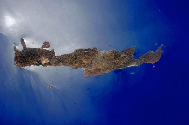 上图:克里特岛位于地中海东部、爱琴海的最南面,是地中海文明的发祥地之一。克里特岛上大都是崎岖的山地,东西长约260公里,南北宽最宽60公里,最窄只有12公里,面积8236平方公里,是爱琴海中最大的岛屿。