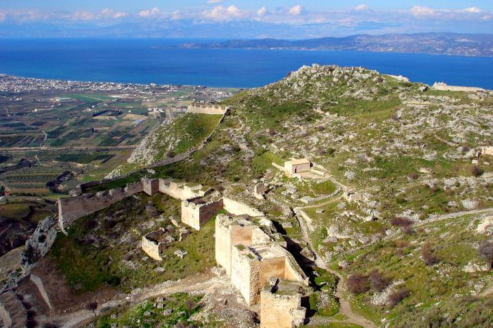 上图:从哥林多卫城(Acrocorinth)上向北俯瞰哥林多湾,过往的船长、商人纷纷上到卫城找庙妓买欢。