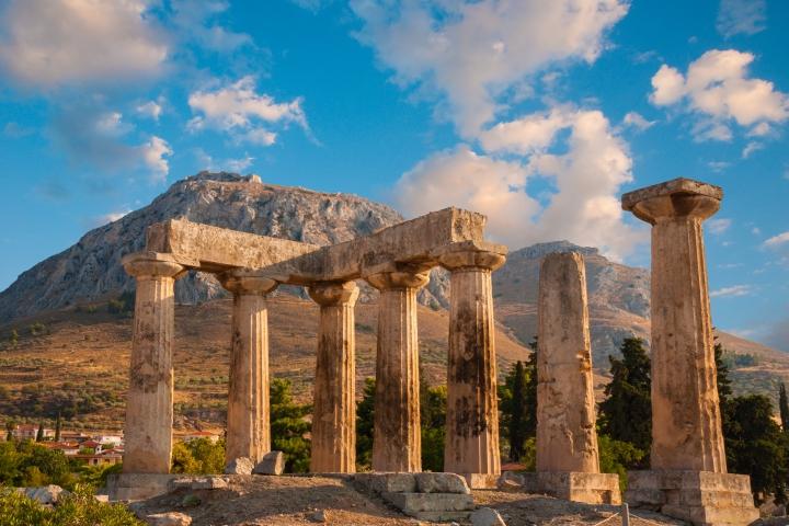上图:哥林多古城遗址。这是当时著名的商业中心,以道德败坏著称。远处的巨石上是哥林多卫城Acrocorinth,顶峰是爱神阿芙洛狄蒂(Aphrodite)庙,庙中有上千称为Hetaira的庙妓,山下的哥林多城里也有许多公开揽客的妓女。古希腊的哥林多庙妓非常有名,是哥林多城重要的收入来源,船长、商人和士兵们在此挥霍金钱。