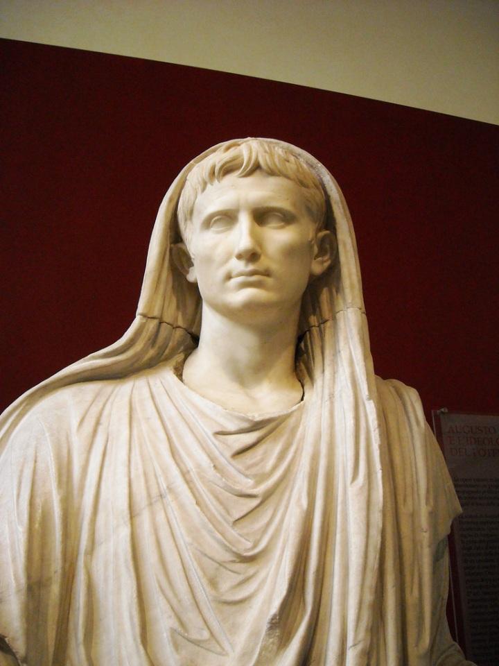 上图:献祭时蒙头的罗马奥古斯都皇帝,现在已经出土了许多蒙头的奥古斯都雕像。献祭时蒙头的行为被称为Capite Velato,古罗马的祭司在献祭时都要蒙头。罗马时代的作家维吉尔(Virgil)和普鲁塔克(Plutarch)解释,这是为了避免触怒神明、或招惹神明嫉妒。因此,当时一个男人进入寺庙时蒙头,等于宣称自己是主持献祭的祭司长(Potifex Maximus),希腊文化背景的哥林多信徒很熟悉这种异教习俗。
